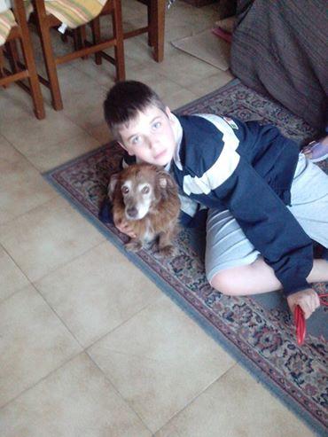 Simone con il cane in uno dei suoi ultimi momenti felici