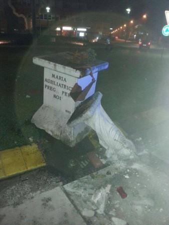 statua distrutta