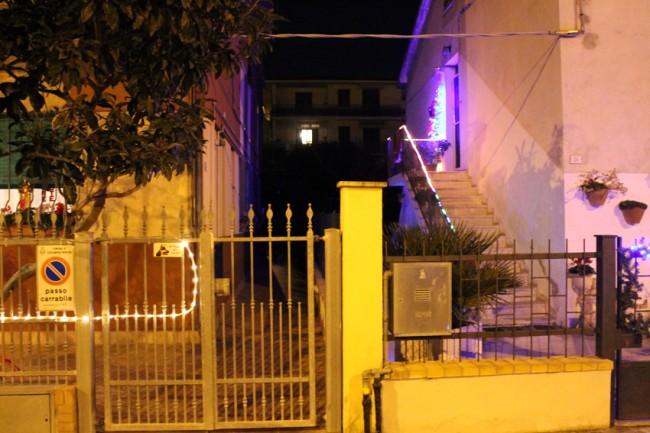 Il ladro è stato braccato dagli agenti dopo aver sfondato un capannone in via Barbarigo