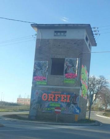La pubblicità su una torretta della distribuzione elettrica in via Carrareccia