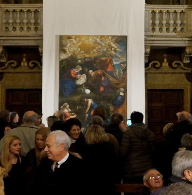 Il quadro ammirato da una folla ad Urbino