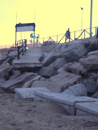 La passerella in cemento del balneare Massi fatta a pezzi dal mare