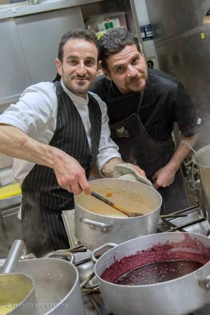Antonio Di Guglielmo e Tiziano Sepe Schiavoni creano insieme il loro risotto speck, rana e mirtilli