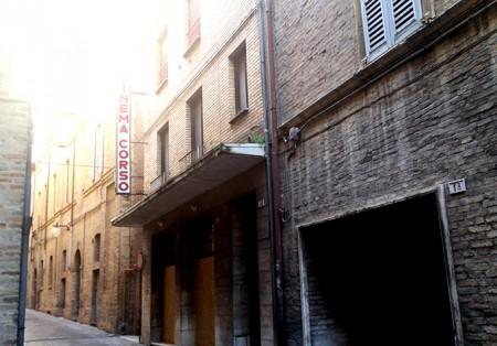 Il cinema Corso, chiuso dal , ha ancora la sua insegna
