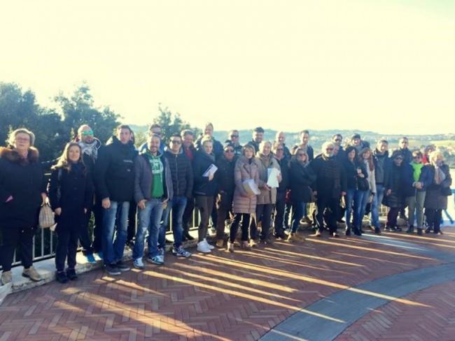 Foto di gruppo per operatori balneari e politici, tra cui Elena Leonardi, Paola Giorgi e Enzo Marangoni