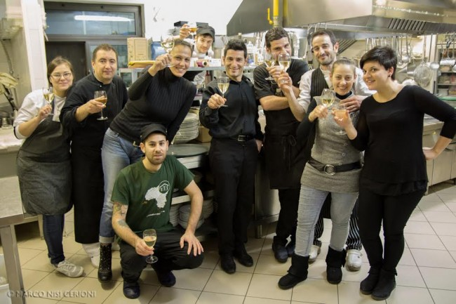 Il brindisi di Tiziano e Antonio con lo staff di Amaranto's e la titolare Mara Palanca, penultima a destra