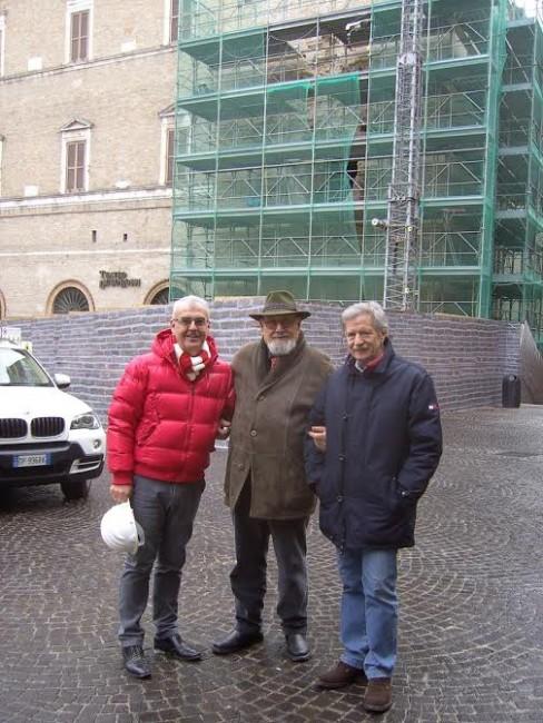 Il maestro Gorla al centro con il sindaco Carancini e l'ex assessore Giovanni Di Geronimo