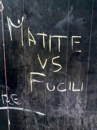 Uno slogan alla lavagna di un bimbo di 10 anni