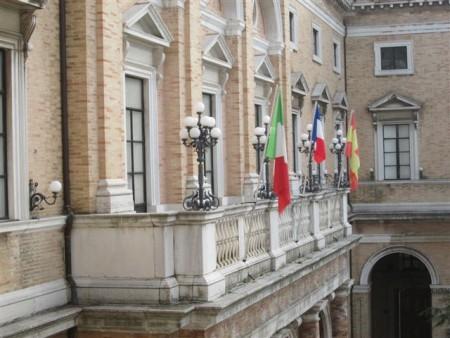 La bandiera francese sventola dal Palazzo comunale