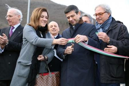 Taglio del nastro a Serravalle con il ministro Lupi e i presidenti di Marche e Umbria