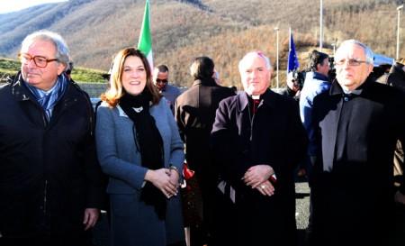 I presidenti delle Marche e dell'Umbria Gian Mario Spacca e Catiuscia Marini con monsignor Francesco Brugnaro e il prefetto Pietro Giardina