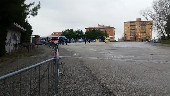 L'eliambulanza atterrata nel parcheggio dello stadio per il ferito