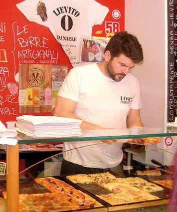 Daniele Elia al lavoro nella sua pizzeria
