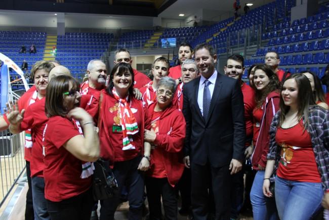 Coach Giuliano con alcuni tifosi