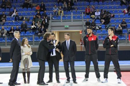 Nella foto la Iena Filippo Roma assieme al team della Lube