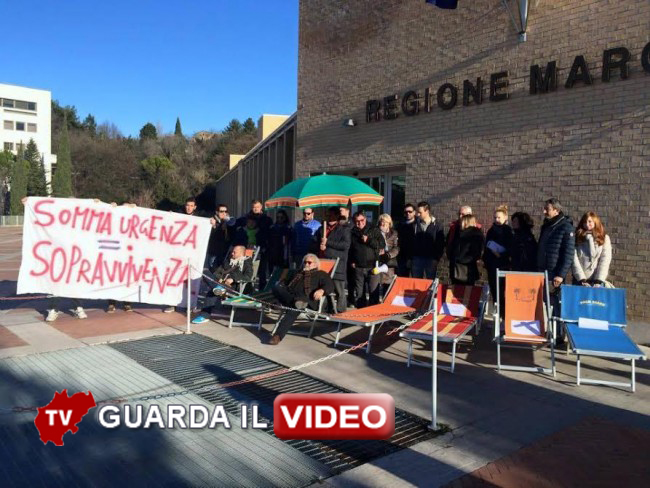 La protesta con i lettini fuori dal palazzo della Regione Marche (CLICCA SULLA FOTO PER GUARDARE IL VIDEO)