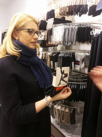 La deputata del Pd Irene Manzi fa acquisti a Macerata prima di riprendere i lavori in Parlamento