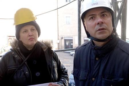 I tecnici Laura Stiattesi e Fabrizio Monachesi durante il sopralluogo di questa mattina