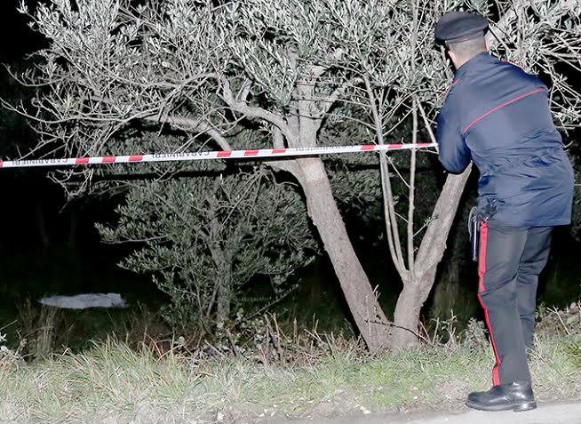 Un carabiniere delimita la zona dove Giampietro Annavini è morto per un colpo di fucile