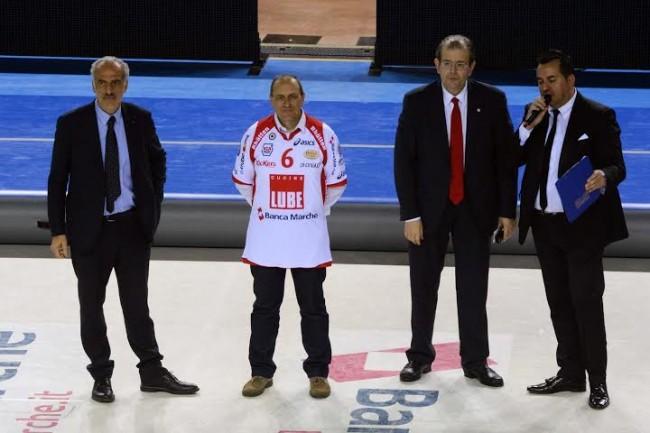 Il sindaco Tommaso Corvatta indossa la maglia della Lube