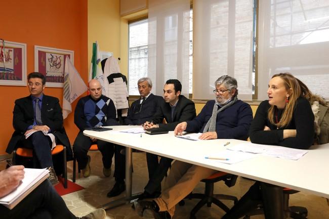 Il tavolo della conferenza stampa di oggi pomeriggio