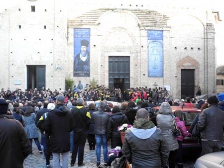 L'ingresso del Duomo gremito durante il funerle di Elia Longarini