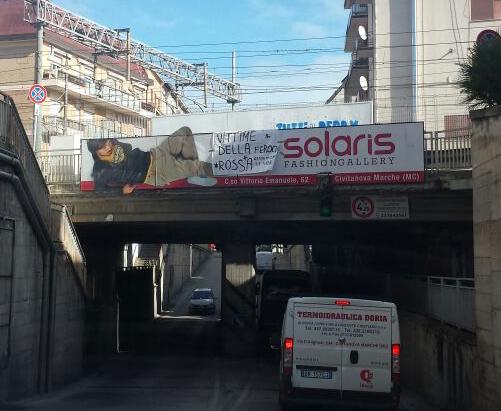 Lo striscione dei Leoni Neri affisso sopra il sottopassaggio