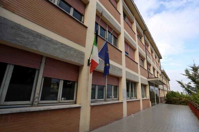 La scuola Dante Alighieri con la bandiera a lutto