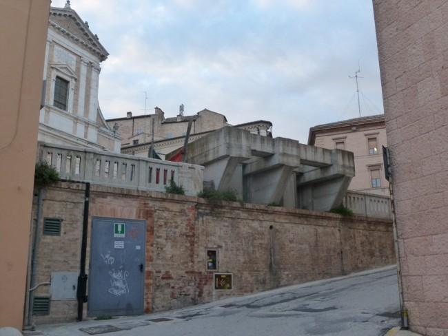 Il blocco di cemento dimenticato in piazza Vittorio Veneto