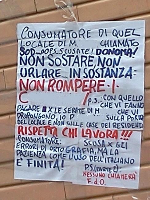 Il cartello lasciato da un residente
