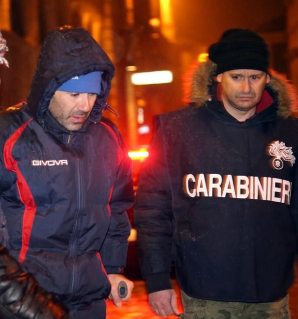 Giuseppe Farina, con le stampelle, esce dalla caserma di Macerata scortato dai carabinieri del Reparto operativo che lo hanno catturato in Sicilia