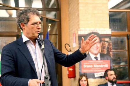 Mandrelli senza cravatta durante l'apertura della campagna elettorale all'Asilo Ricci