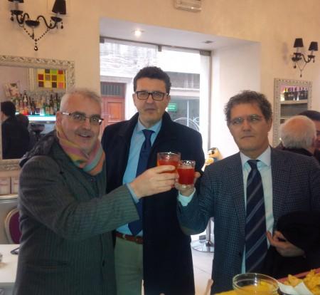 Il brindisi tra Romano Carancini e Bruno Mandrelli, sugellato dal segretario del Pd Paolo Micozzi