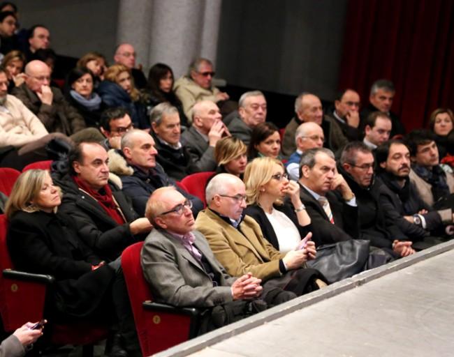 Il pubblico al cinema Italia. in prima fila Mario Morgoni, Irene Manzi e Luigi Lacchè