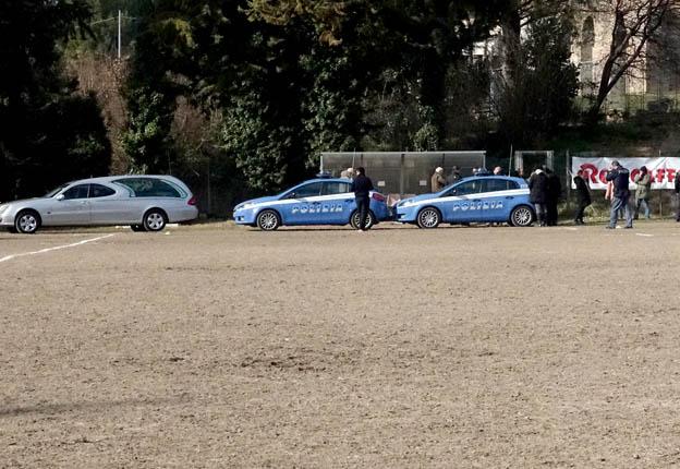 Il carro funebre porta via il 12enne morto durante la partita a Villa Potenza