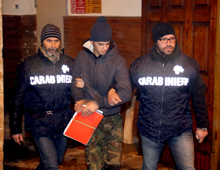 Salvatore Farina con i carabinieri del Reparto operativo mentre viene portato in carcere a Camerino