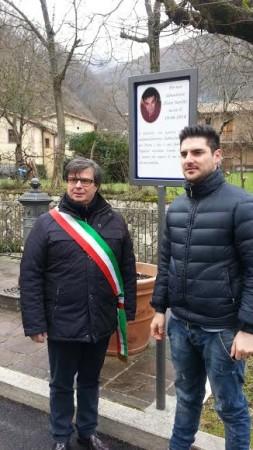 Yuri Sarchié e il sindaco di Sefro, Giancarlo Temperilli davanti alla targa in memoria del commerciante di pesce ucciso