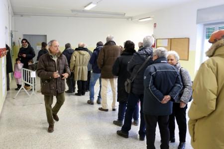 Code nel seggio di via Verdi durante il ballottaggio