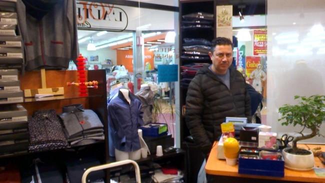 Cristian De Felice al suo negozio