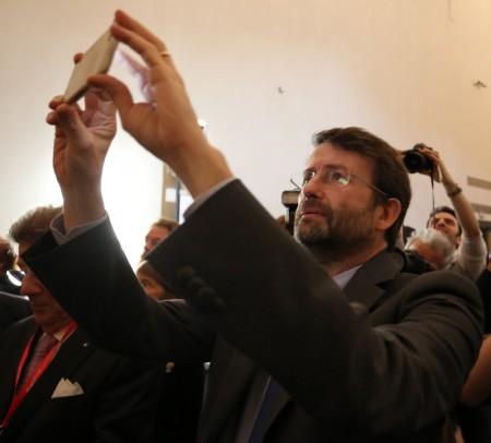 Il ministro Franceschini fotografa il dipinto con il suo smarphone e lo posta su twitter
