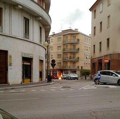 Le fiamme che avvolgono la vetrina del negozio etnico (foto di Riccardo Angeletti)