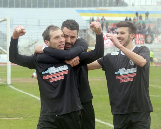 Perfetti abbracciato dai compagni dopo il gol