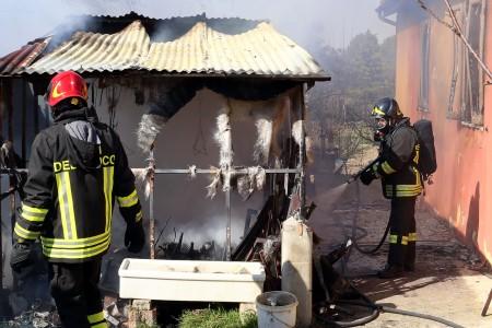 La rimessa agricola andata a fuoco in contrada Santo Stefano a Macerata