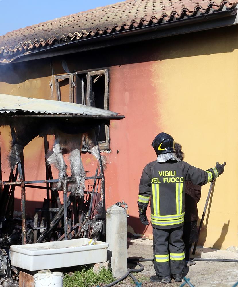 Vigili del fuoco incendio contrada santo stefano macerata (16)