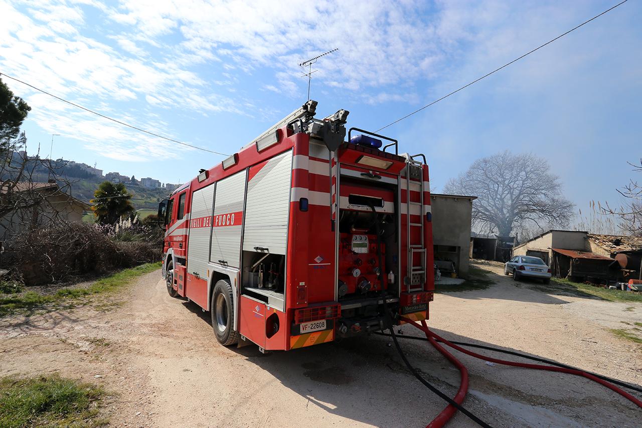 Vigili del fuoco incendio contrada santo stefano macerata (4)