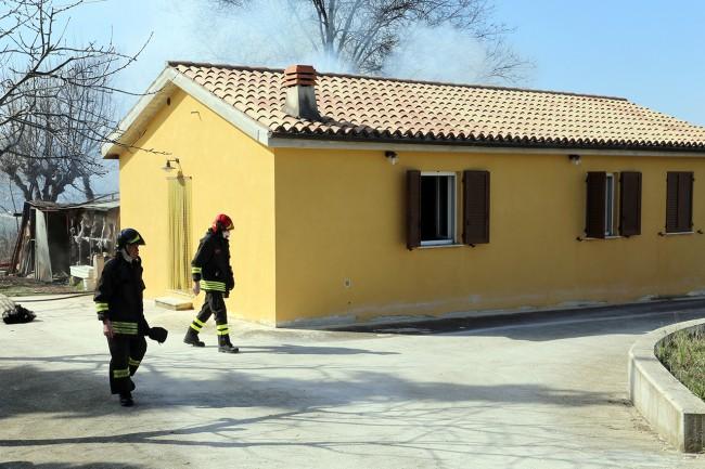 Vigili del fuoco incendio contrada santo stefano macerata (7)