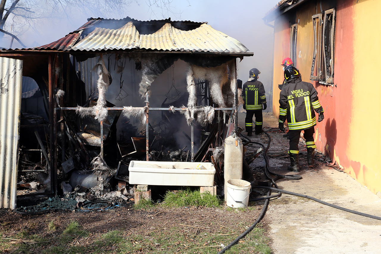 Vigili del fuoco incendio contrada santo stefano macerata (9)