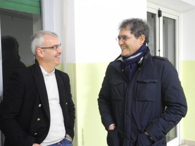 Romano Carancini e Bruno Mandrelli scherzano nel seggio di via Verdi