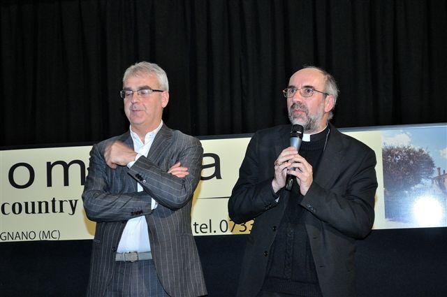 Romano Carancini con il vescovo Nazzareno Marconi venerdì sera in un incontro al Multiplex