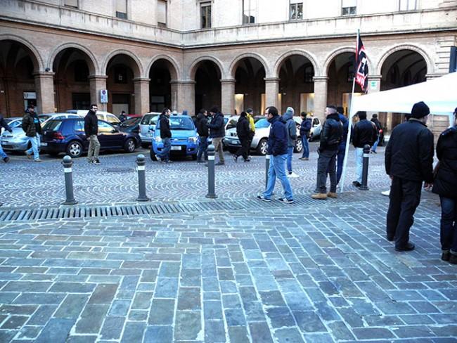 Momenti di tensione, i membri del centro sociale Sisma sfilano davanti al banchetto di Fn in piazza Vittorio Veneto